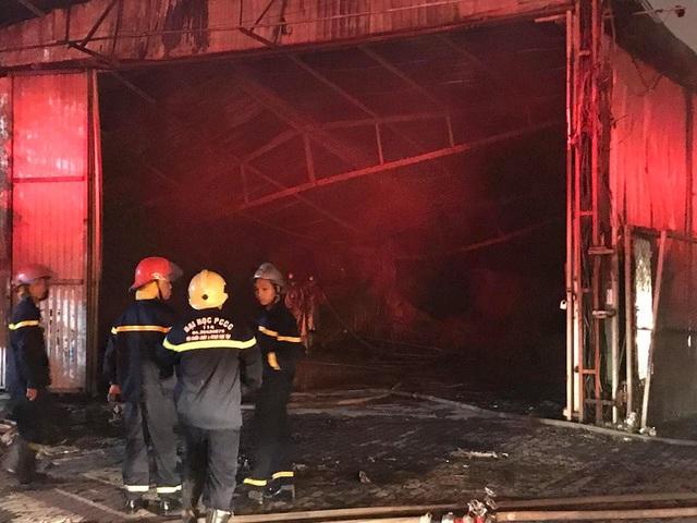 Hà Nội: Gara ô tô bùng cháy dữ dội trong đêm - 5