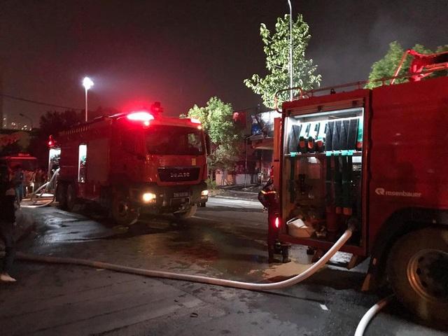 Hà Nội: Gara ô tô bùng cháy dữ dội trong đêm - 6