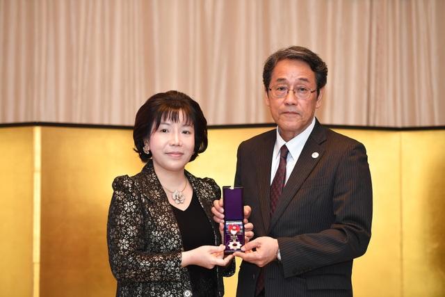 Huân chương Mặt trời mọc tia sáng vàng cài nơ hồng – phần thưởng cao nhất của Hoàng gia và Chính phủ Nhật Bản được trao cho bà Nguyễn Thị Thanh Nhàn - Chủ tịch kiêm Tổng Giám đốc Công ty Tiến bộ Quốc tế - AIC