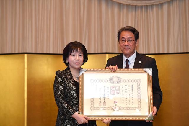 Ông Umeda Kunio, Đại sứ Đặc mệnh Toàn quyền Nhật Bản tại Việt Nam trao tặng Huân chương Mặt trời mọc cho nữ viện sĩ Nguyễn Thị Thanh Nhàn