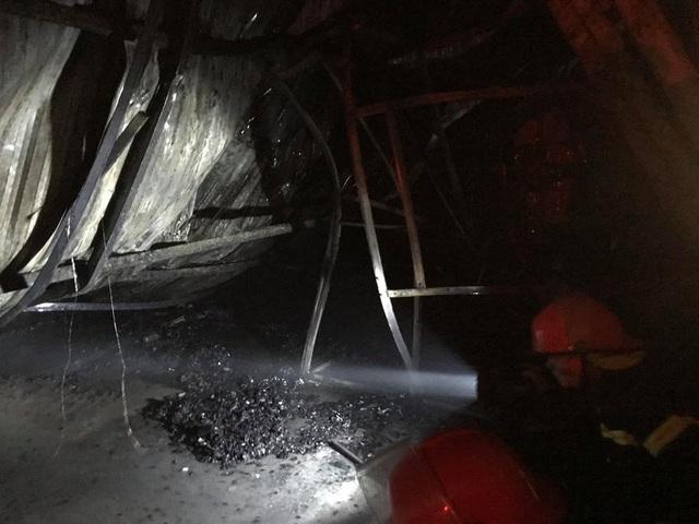Hà Nội: Gara ô tô bùng cháy dữ dội trong đêm - 19