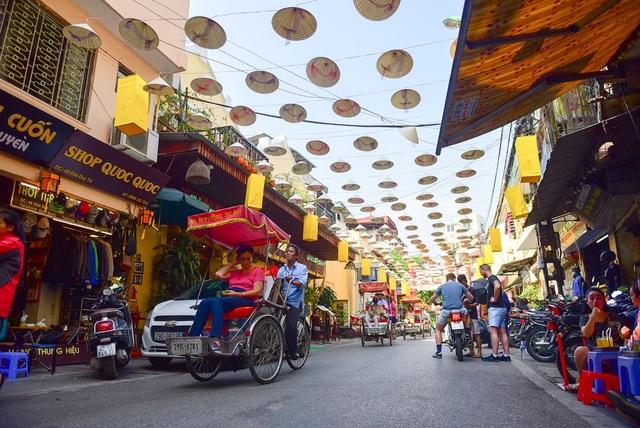 Con phố Đào Duy Từ dài hơn 200m, khi trang trí nón lá có cảm giác giống như Hội An thu nhỏ.