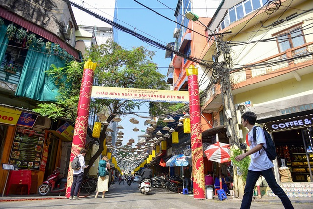 Trong khuôn khổ lễ kỉ niệm 13 năm Ngày Di sản Văn hóa Việt Nam (23/11/2005 - 23/11/2018), phố Đào Duy Từ được trang trí bằng hàng nghìn chiếc nón lá treo trên cao tạo ra không gian rất đặc biệt.