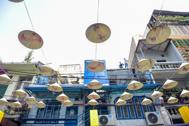 Được biết, những chiếc nón lá được trưng bày cho đến hết ngày 2/12.