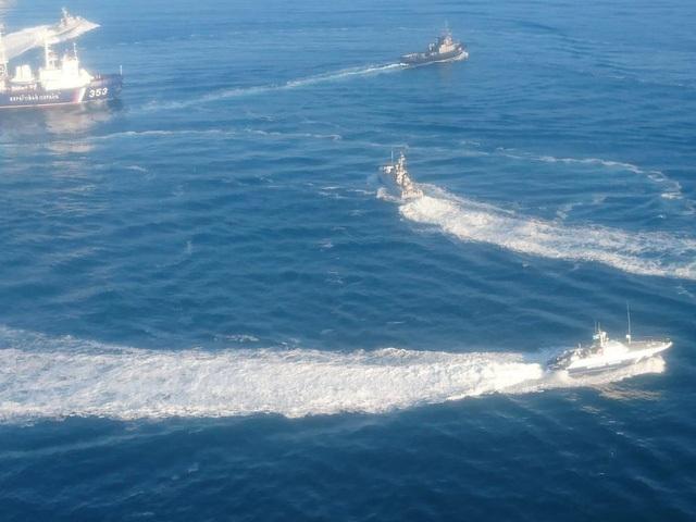 Các tàu Ukraine bị cáo buộc xâm phạm lãnh hải Nga ở Crimea. (Ảnh: FSB)