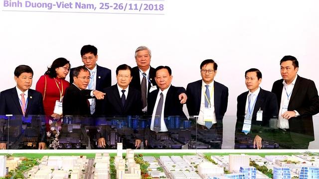 Phó Thủ tướng Trịnh Đình Dũng cùng các đại biểu tham quan mô hình thành phố mới Bình Dương.