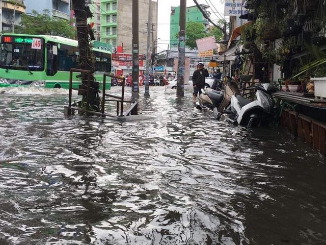 Sáng nay TPHCM nhiều nơi ngập sâu, kẹt xe kinh hoàng - 1