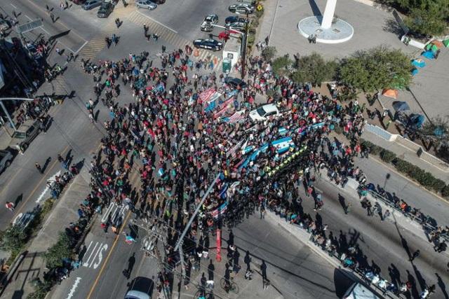 Dòng người di cư Trung Mỹ ở thành phố Tijuana, Mexico hướng về phía biên giới Mỹ ngày 25/11 (Ảnh: EPA)