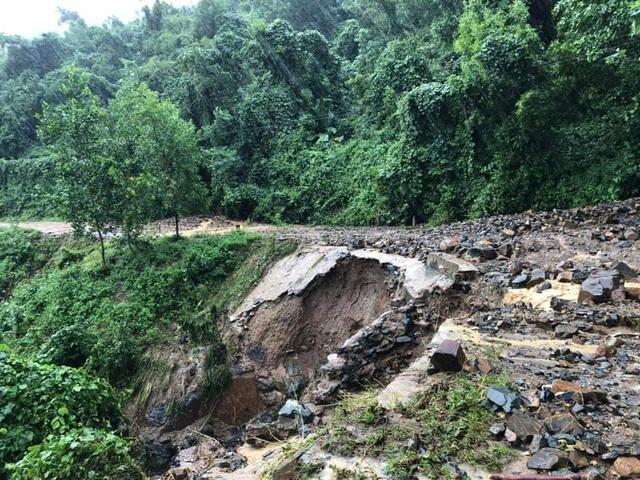 Tuyến tỉnh lộ 9 đường huyết mạch lên huyện miền núi Khánh Sơn (Khánh Hòa) bị đứt đường  (Ảnh: CTV)