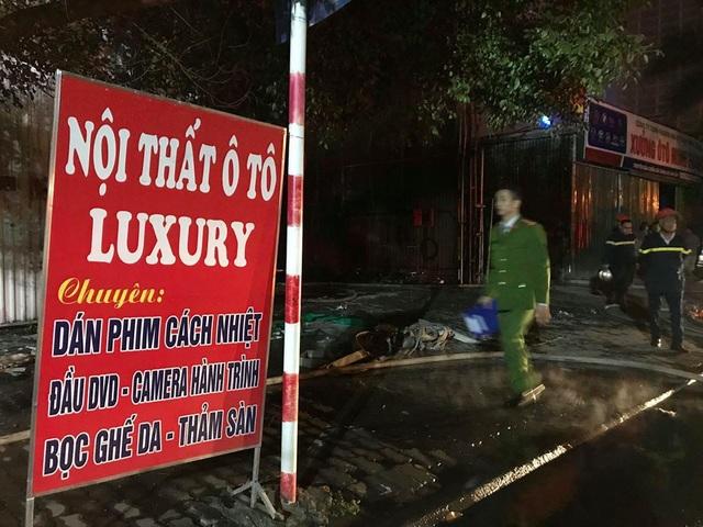 Hà Nội: Gara ô tô bùng cháy dữ dội trong đêm - 10