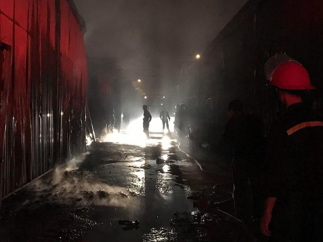 Hà Nội: Gara ô tô bùng cháy dữ dội trong đêm - 11