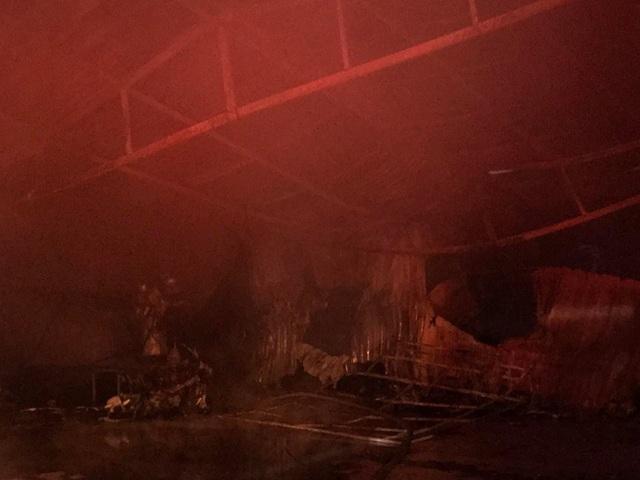Hà Nội: Gara ô tô bùng cháy dữ dội trong đêm - 12