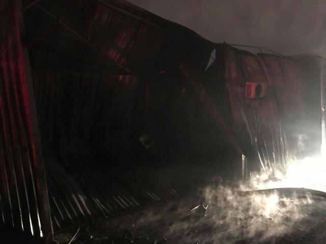 Hà Nội: Gara ô tô bùng cháy dữ dội trong đêm - 13