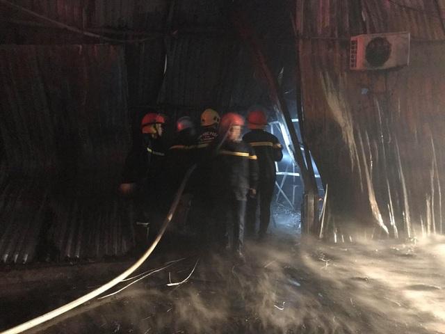 Hà Nội: Gara ô tô bùng cháy dữ dội trong đêm - 14