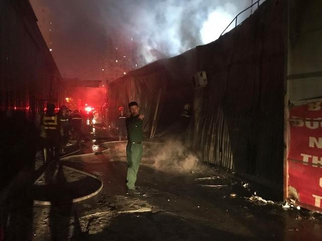 Hà Nội: Gara ô tô bùng cháy dữ dội trong đêm - 15
