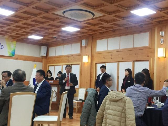"""Ông Phạm Tiến Dũng, Giám đốc Golden Tour nhận định: """"Gyeongsangbuk-do có thể phát triển đa dạng các loại hình: Du lịch văn hóa lịch sử, du lịch công nghiệp, du lịch trao đổi kinh nghiệm, du lịch hành hương. Chúng tôi rất ấn tượng với phong cách làm việc chuyên nghiệp của Cục Du lịch Gyeongsangbuk-do. Trong tương lai chúng tôi sẽ kết hợp để mở các tour tuyến đến đây để du khách Việt có thêm cơ hội được chiêm ngưỡng và cảm nhận cảnh đẹp và văn hóa nơi đây""""."""
