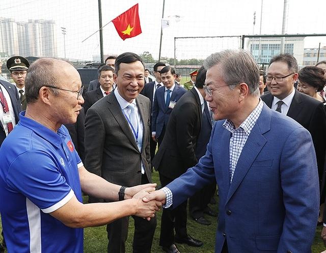 Tổng thống Hàn Quốc Moon Jae-in (phải) bắt tay huấn luyện viên Park Hang Seo trong chuyến thăm Việt Nam hồi tháng 3. (Ảnh: Korea.net)