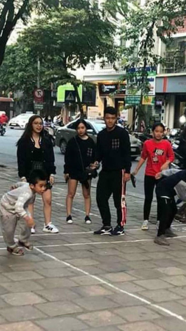 Hình ảnh Đức Chinh mặc áo đôi, nắm tay thân mật một cô gái trên phố khiến fan bóng đá xôn xao