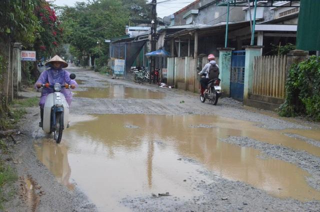 Xe chở vật liệu thi công dự án cao tốc Đà Nẵng - Quảng Ngãi gây hư hỏng nặng 4 tuyến đường dân sinh trên địa bàn huyện Bình Sơn.