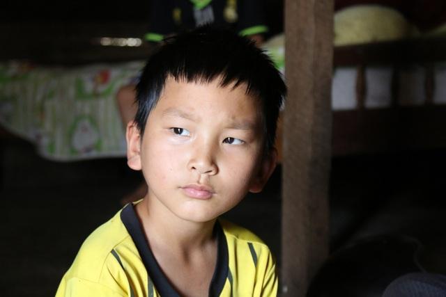 9 tuổi,cậu bé chịu nỗi đau mất đi cả hai người ruột thịt