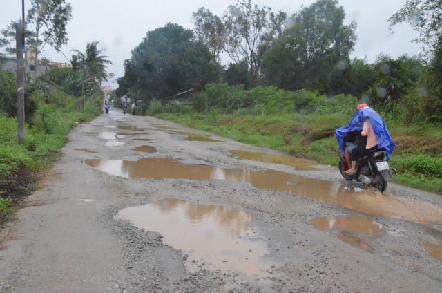 Mặt đường dân sinh bị băm nát tạo thành hàng trăm vũng nước lớn nhỏ gây cản trở giao thông.
