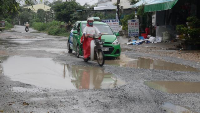 Người dân xã Bình Trung cho biết, nhiều trường hợp bị té ngã do né ổ voi, ổ gà trên mặt đường.