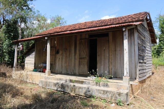 Căn nhà của Quang lâu nay thiếu vắng bàn tay của người chăm sóc