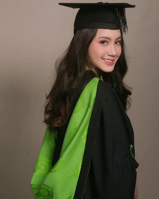 Mới đây, Chi Chi chia sẻ hình ảnh rất đẹp khi cô khoác lên mình chiếc áo cử nhân tốt nghiệp đại học.