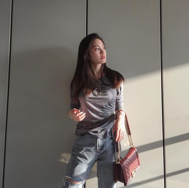 Chi Chi thường xuyên chia sẻ hình ảnh xinh đẹp, sành điệu của mình trên mạng xã hội. Cô cũng đi du lịch ở nhiều danh thắng khắp thế giới.