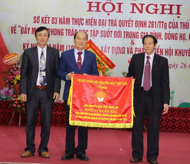 Trung ương Hội Khuyến học Việt Nam đã tặng Cờ thi đua xuất sắc cho Hội Khuyến học tỉnh Nghệ An.