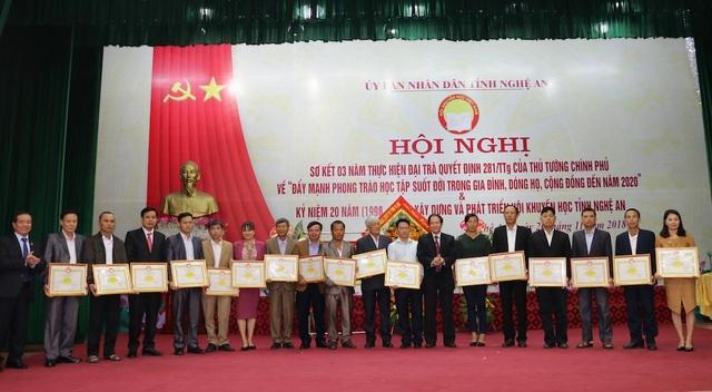 Ngoài ra, nhiều tập thể và cá nhân khác cũng được tặng Bằng khen của Trung ương Hội Khuyến học Việt Nam và UBND tỉnh Nghệ An.