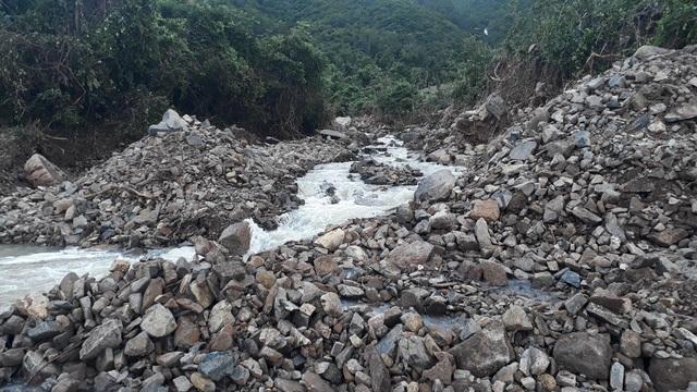 Sạt lở nghiêm trọng ở phía rừng đổ tràn về đường tỉnh lộ 3 đoạn qua xã Phước Đồng (TP Nha Trang)  (Ảnh: CTV)