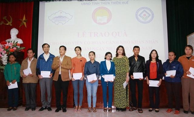 Các giáo viên có hoàn cảnh khó khăn được nhận quà từ Hội Khuyến học tỉnh Thừa Thiên Huế và Xổ số Kiến thiết tỉnh này