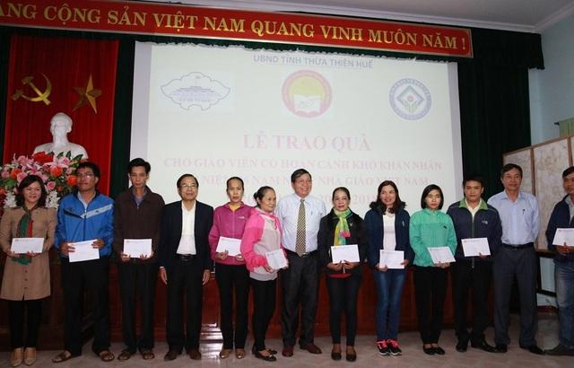 Trao 25 suất quà cho giáo viên hoàn cảnh khó khăn tỉnh Thừa Thiên Huế - 1