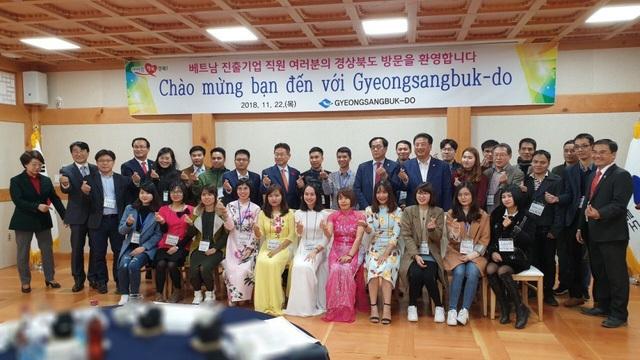 """Tiếp đoàn Việt Nam sang tham quan tại Gyeongsangbuk-do, ông Lee Cheol-Woo, Tỉnh trưởng tỉnh Gyeongsangbuk-do chia sẻ: """"Gyeongsangbuk-do là nơi xuất phát phong trào giữ gìn và phát huy văn hóa truyền thống ở Hàn Quốc và có nhiều nét tương đồng với chương trình nông thôn mới ở Việt Nam. Năm ngoái, chúng tôi có tổ chức Lễ hội văn hóa thế giới TP.HCM - Gyeongju 2017 với chủ đề Sự phồn vinh của cộng đồng châu Á thông qua giao lưu văn hóa tại TP.HCM. Chúng tôi hi vọng, trong tương lai, sẽ có thêm nhiều người Việt đến với Gyeongsangbuk-do và lưu lại những kỉ niệm thật đẹp tại đây""""."""