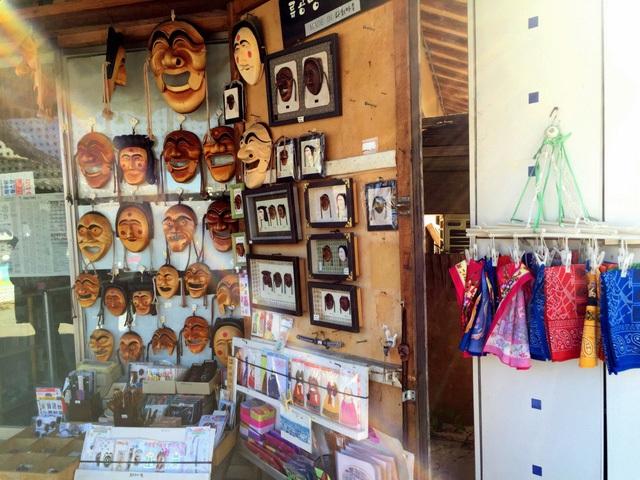 """""""Mặt nạ Hahoe đại diện cho Andong là di sản văn hóa quý báu, được coi là quốc bảo của đất nước Hàn Quốc"""", ông Choi Hyung - Seok, Giám đốc Marketing của Cục Du lịch Gyeongsangbuk-do cho biết."""