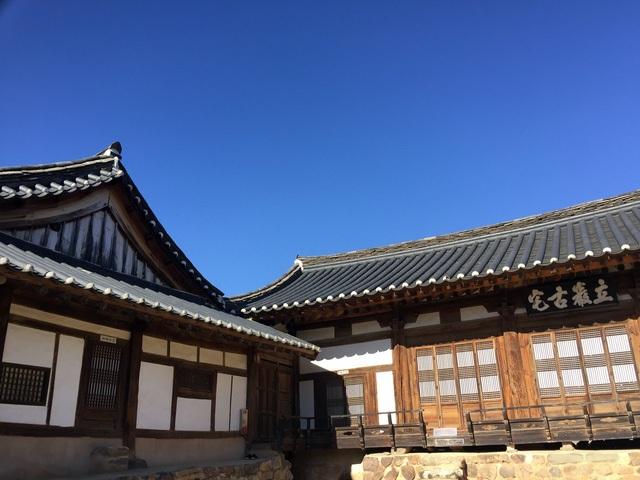 Yangjindang, ngôi nhà được mệnh danh là bảo vật thứ 306 của quốc gia là một trong những ngôi nhà cổ nhất của làng. Điểm đặc biệt trong kiến trúc là căn phòng dành cho đàn ông trong nhà nhỏ, nhưng phòng dành cho phụ nữ lại lớn hơn, bởi người phụ nữ ở đây cai quản những việc quan trọng trong nhà.