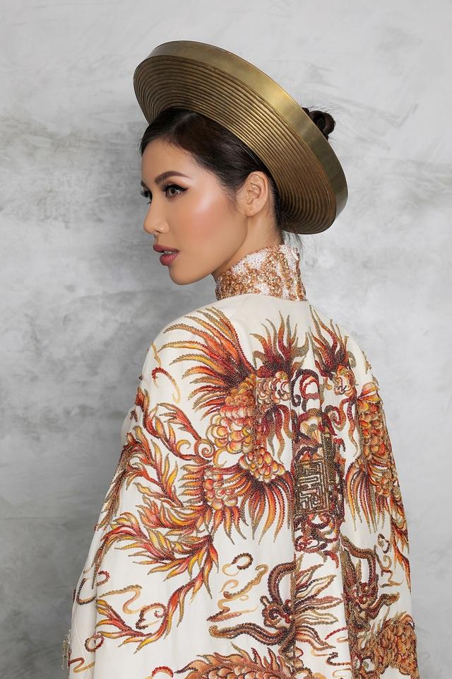 """Ấn tượng hơn nữa là chiếc """"Hoàng bào"""" cổ truyền khoác ngoài được thể hiện bằng nghệ thuật vẽ sơn mài – nghệ thuật truyền thống của thủ công mỹ nghệ và niềm tự hào của mỹ thuật Việt Nam."""