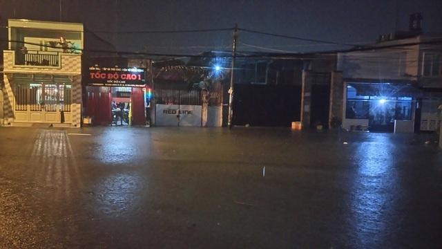 Mưa lớn kết hợp với triều cường khiến nhiều nhà dân bị nước tràn vào
