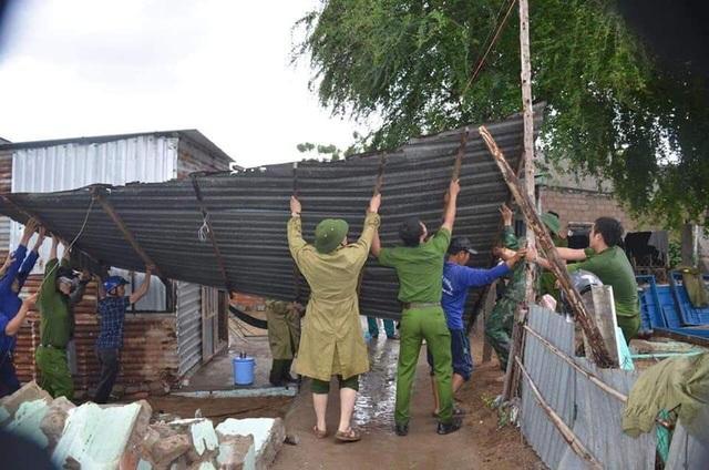 Chính quyền và quân đội hỗ trợ người dân khắc phục thiệt hại sau bão