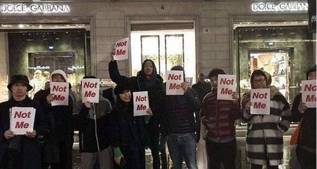 Đoàn người cùng thông điệp Not Me trước cửa hàng của Dolce & Gabbana.
