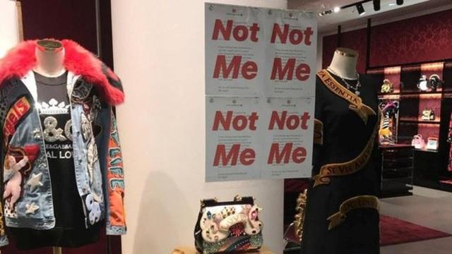 Những tấm poster phản đối được dán trên cửa kính tại nhiều chuỗi cửa hàng thời trang tại Trung Quốc.