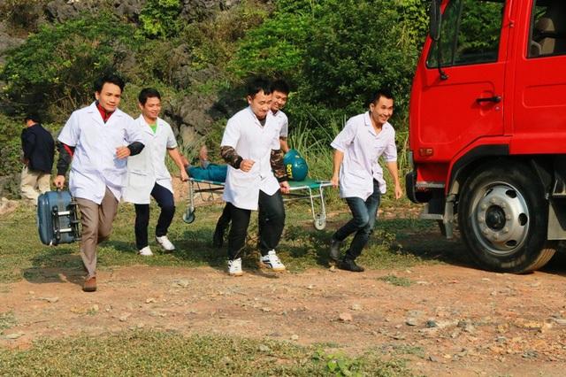 Tình huống giả định một dân quân tự vệ trong lúc chữa cháy rừng đã bị thương nhanh chóng được sơ cứu. Lực lượng y tế nhanh chóng có mặt ứng cứu, cấp cứu người bị thương, đưa về cơ sở y tế gần nhất để chữa trị.