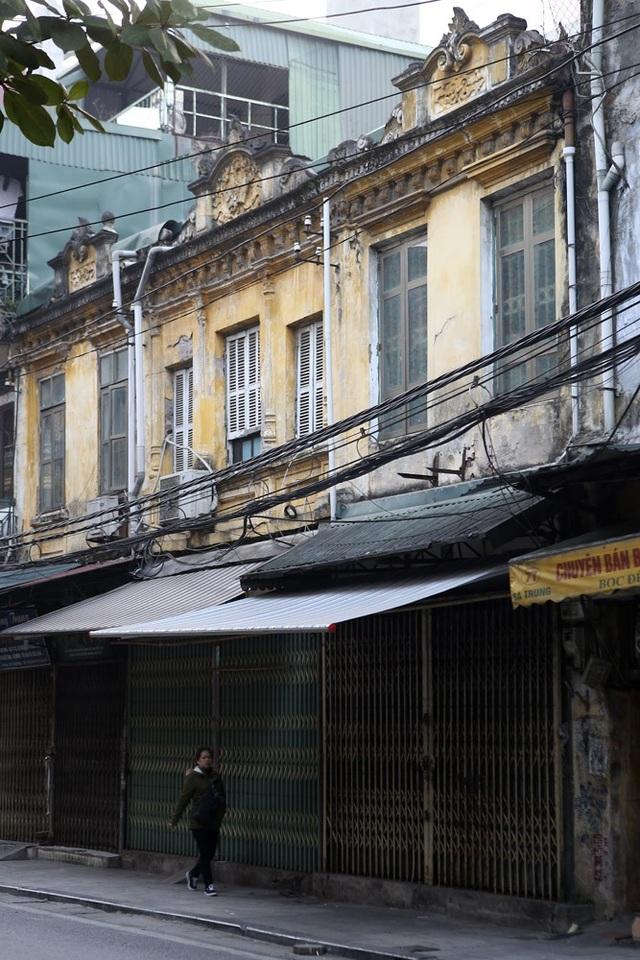 Phố Hà Trung. Ở con phố này còn khá nhiều căn nhà cổ, tuy nhiên chỉ được nhìn thấy từ tầng 2. Dưới tầng một, gần như cả dãy phỗ đã được cải tạo.