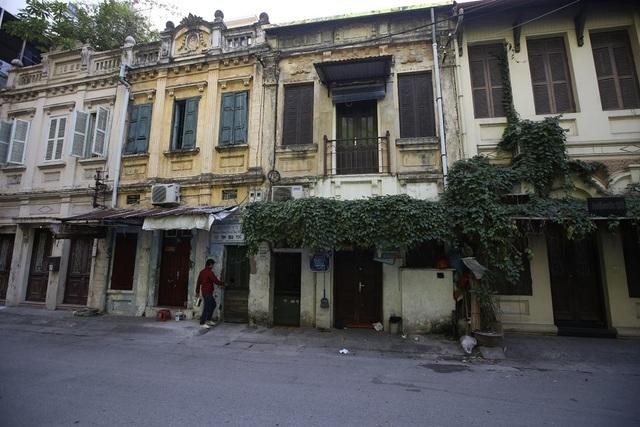 Những căn nhà mặt tiền có kiến trúc tương đồng được xây dựng từ những năm đầu thế kỉ 20, có ngôi nhà khắc hoàn thành năm 1923 cũng nằm trên phố Phan Huy Ích.