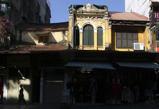 Phố Hàng Ngang hiện còn khá nhiều căn nhà cổ được xây dựng từ những năm đầu thế kỉ 20 với mái ngói lô xô xưa cũ, mang vẻ đẹp hoài cổ.