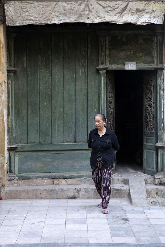 Căn nhà với bộ cửa sơn màu xanh bằng gỗ trong kiểu dáng rất đặc trưng của nhà cổ Hà Nội ở phố Hàng Đồng.