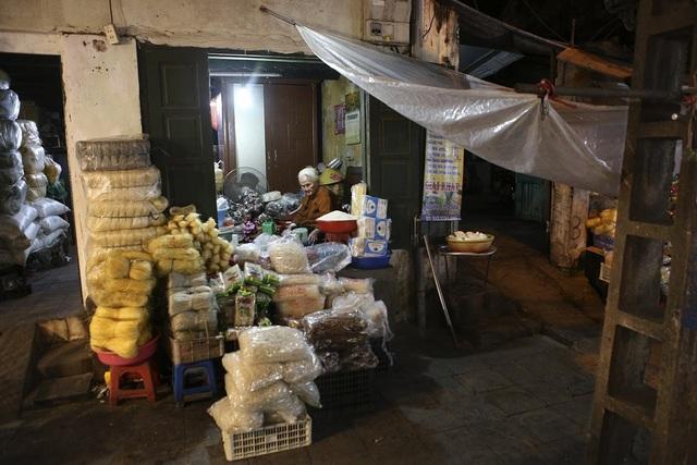 Một cụ già với gian hàng khô gợi nét xưa ở phố Nguyễn Thiện Thuật.