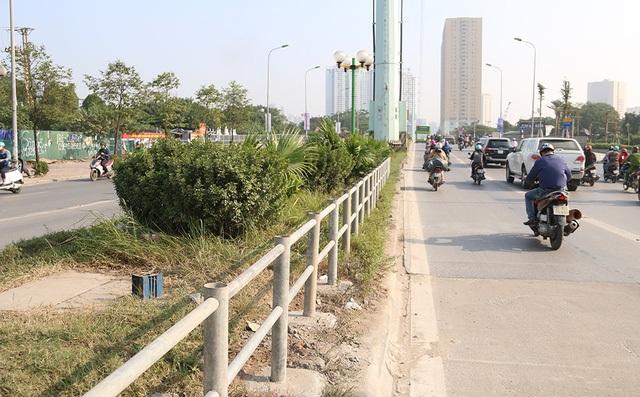 Hàng rào sắt cũng được dựng lên ở dải phân cách để ngăn xe máy lao qua.