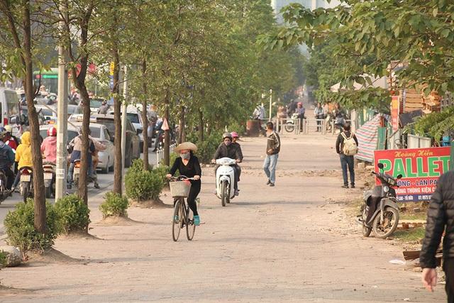 Tuy nhiên một số người đi xe máy, xe đạp vẫn đi ngược chiều dưới lòng đường, sau khi qua điểm có hàng rào lại lao lên vỉa hè và đi ngược chiều về hướng Trung Văn.